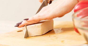 Eingelegter Räuchertofu kann als Speckersatz zubereitet werden. Foto: Christin Klose/dpa-tmn