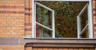 Ein Fenster an einer Grundschule ist zum Lüften geöffnet. Aerosolforscher empfehlen für geschlossene Räume häufiges Stoß- oder Querlüften. Foto: Christoph Schmidt/dpa