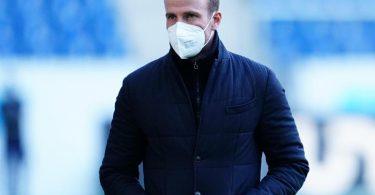 Verzichtet auf Andrej Kramaric in der Startelf gegen Bayer Leverkusen: Hoffenheims Trainer Sebastian Hoeneß kommt im Stadion an. Foto: Uwe Anspach/dpa