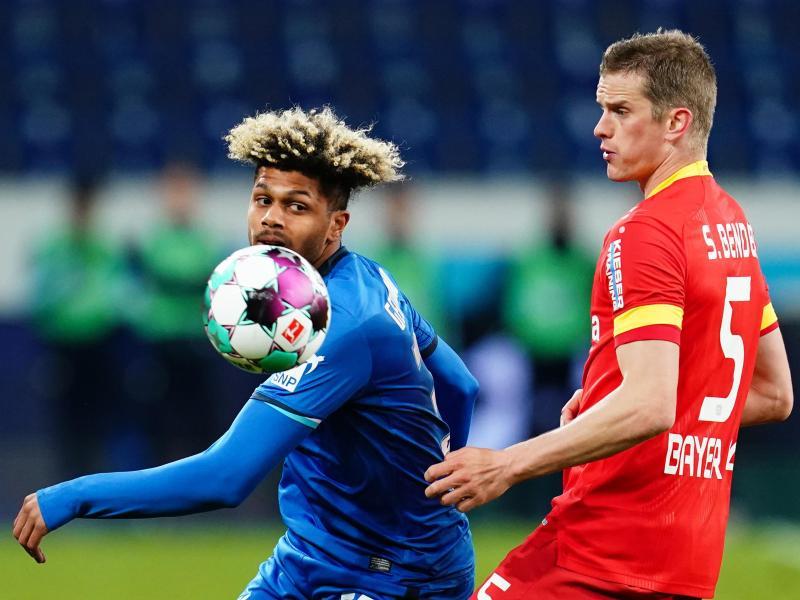 Hoffenheims Georginio Rutter (l) und Leverkusens Sven Bender in Aktion. Foto: Uwe Anspach/dpa