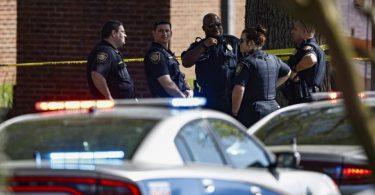Die US-Polizei von Knoxville sichert den Tatort ab. An einer Schule hat es Schüsse gegeben. Foto: Wade Payne/AP/dpa