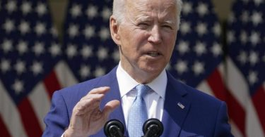 «Friedlicher Protest ist verständlich», sagt Biden im Weißen Haus. Für Gewalt gebe es aber «absolut keine Rechtfertigung». Foto: Andrew Harnik/AP/dpa