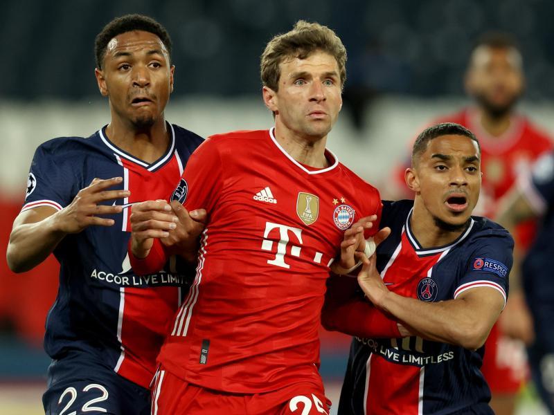 Thomas Müller (M) versucht sich im Parc des Princes Stadion gegen Abdou Diallo (l) durchzusetzen. Foto: Sebastien Muylaert/dpa