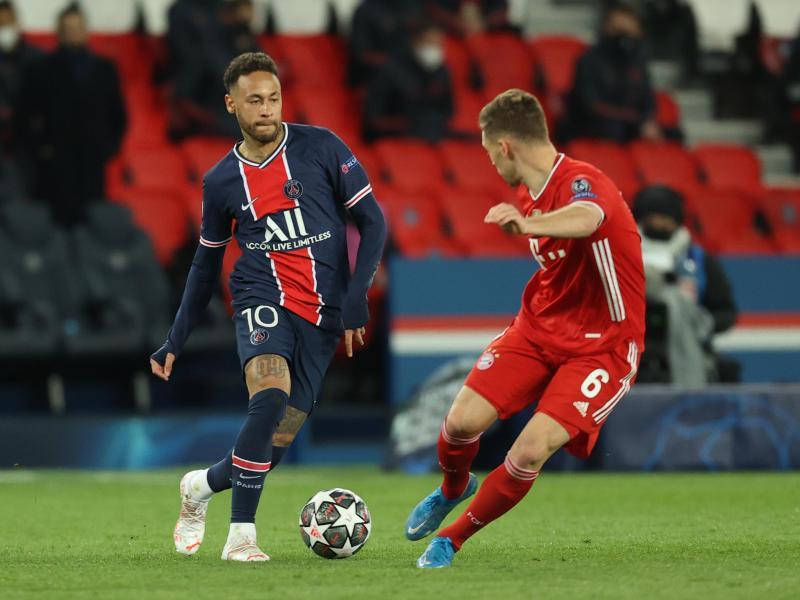Neymar von PSG (l) und Münchens Joshua Kimmich kämpfen um den Ball. Foto: Sebastien Muylaert/dpa
