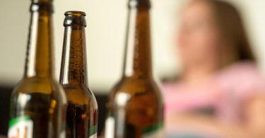 Im Corona-Jahr 2020 haben Menschen in Deutschland laut Suchtbericht der DHS deutlich mehr Alkohol als im europäischen Durchschnitt konsumiert. Foto: picture alliance / Alexander Heinl/dpa