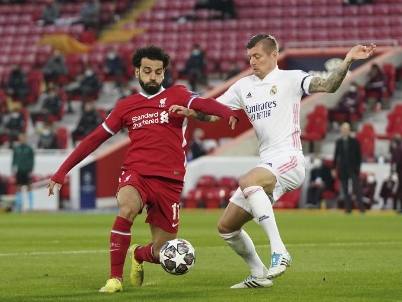 Liverpools Mohamed Salah (l) kämpft mit Toni Kroos von Real Madrid um den Ball. Foto: Jon Super/AP/dpa