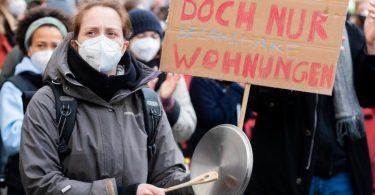 Protest - mit Maske: Bei einer Demonstration gegen das Mietendeckel-Aus in Berlin hielten sich laut Polizei praktisch alle Teilnehmer an die geltendenCorona-Bestimmungen. Foto: Christoph Soeder/dpa