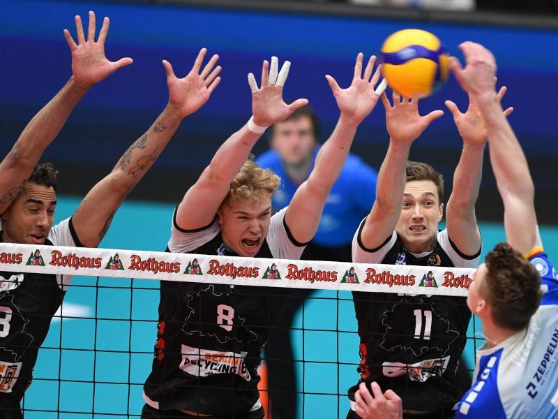 Benjamin Patch (l-r), Anton Brehme und Pierre Pujol von den Berlin Volleys blocken einen Ball des Friedrichshafeners Linus Weber. Foto: Felix Kästle/dpa