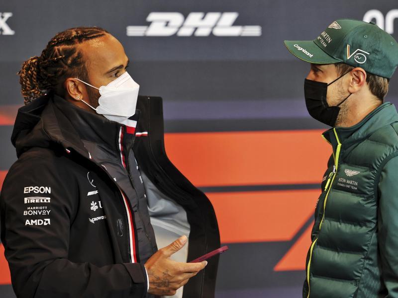 Nehmen gemeinsam an der obligatorischen Pressekonferenz teil: Sebastian Vettel (r) und Lewis Hamilton. Foto: Xpbimages/dpa