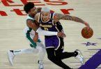 Kyle Kuzma (r) von den Los Angeles Lakers versucht, an Marcus Smart von den Boston Celtics vorbeizukommen. Foto: Ringo H.W. Chiu/AP/dpa