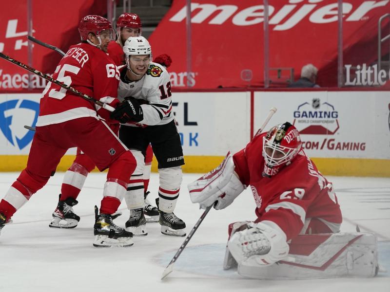 Thomas Greiss (r) setzte sich mit den Detroit Red Wings gegen die Chicago Blackhawks durch. Foto: Carlos Osorio/AP/dpa
