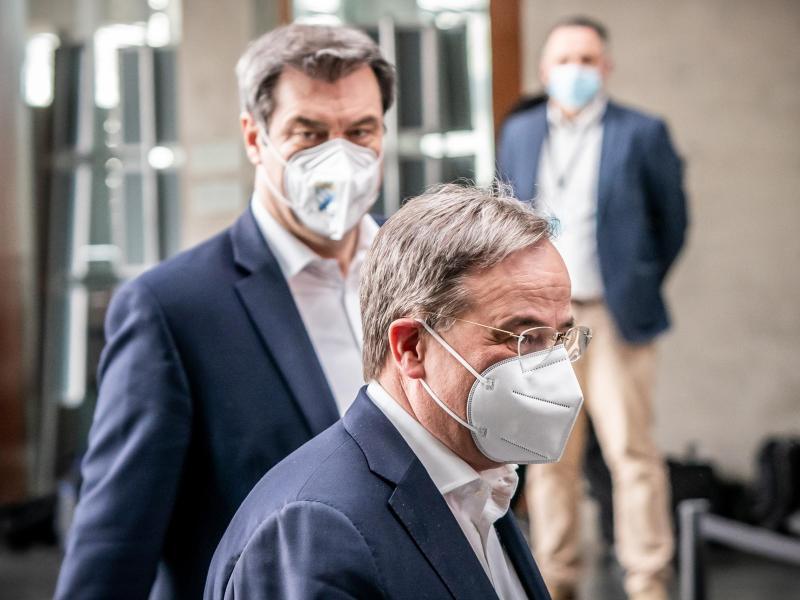Markus Söder (hinten), Ministerpräsident von Bayern und CSU-Vorsitzender, neben Armin Laschet, CDU-Bundesvorsitzender und Ministerpräsident von Nordrhein-Westfalen. Foto: Michael Kappeler/dpa