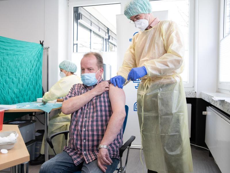Die Impfkampagne in Deutschland gegen das Coronavirus hatte Ende 2020 begonnen. Foto: Friso Gentsch/dpa