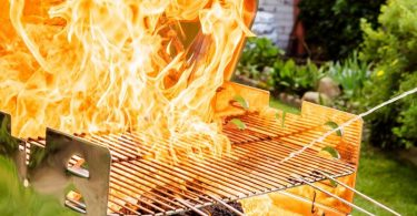 Spiritus, Alkohol oder gar Benzin erhöhen die Hitze im Grill extrem und können hohe, unkontrollierbare Flammen fördern. Foto: Monique Wüstenhagen/dpa-tmn