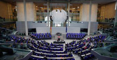 Das Parlament hat hitzig über die in der bundesweiten Corona-Notbremse vorgesehenen Ausgangsbeschränkungen diskutiert. Foto: Michael Kappeler/dpa
