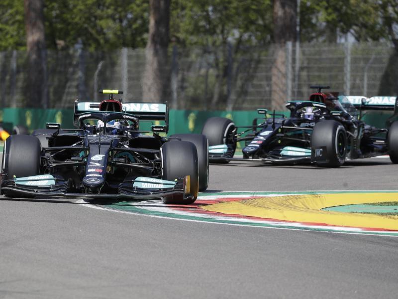 Valtteri Bottas (l) rast vor Lewis Hamilton über die Piste in der Emilia-Romagna. Foto: Luca Bruno/AP/dpa