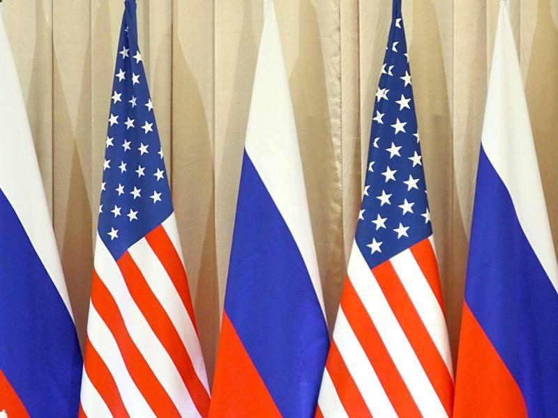 Die Flaggen vonRussland und den USA stehen beim Besuch von US-Präsident Obama in Moskau nebeneinander. Foto: epa Sergei Ilnitsky/EPA/dpa