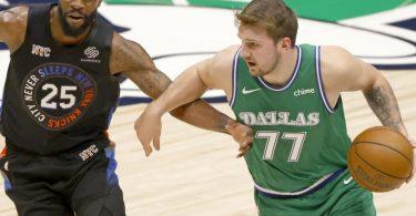Die Dallas Mavericks um Superstar Luka Doncic (r) verloren gegen die Knicks. Foto: Ron Jenkins/AP/dpa