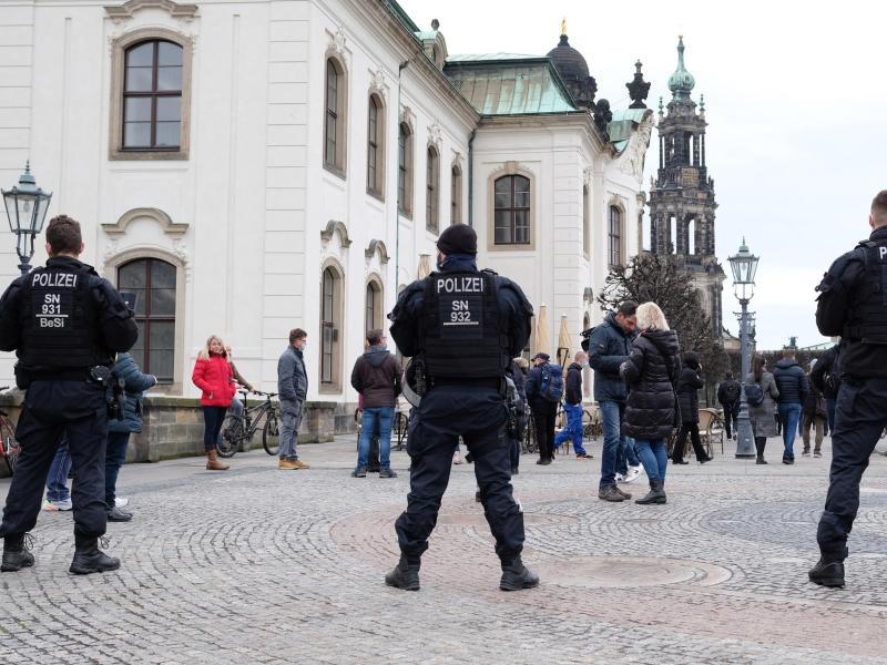 Polizisten sperren die Brühlschen Terrassen in Dresden. Trotz eines Demonstrations-Verbots rüstete sich die Polizei für einen Großeinsatz. Foto: Sebastian Willnow/dpa-Zentralbild/dpa
