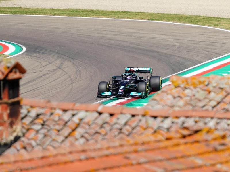 Lewis Hamilton gewann die Qualifikation und startet von ganz vorne aus. Foto: Hasan Bratic/dpa