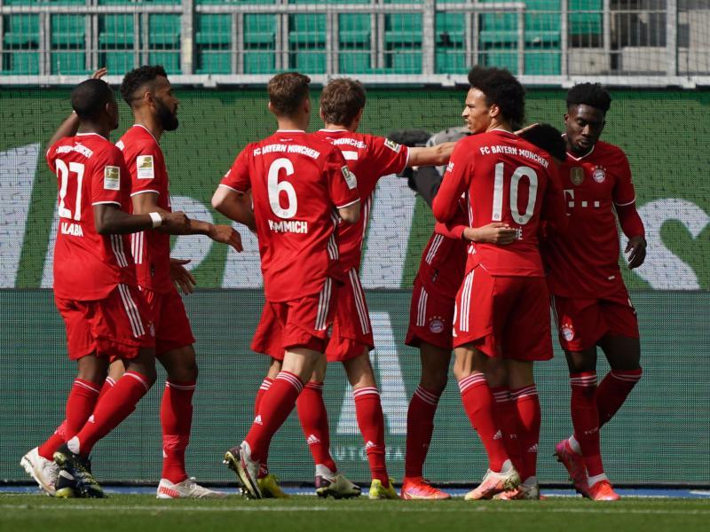 Bayern-Talent Jamal Musiala, Torschütze zur 1:0-Führung in Wolfsburg, feiert den Treffer mit seinen Mannschaftskameraden. Foto: Michael Sohn/AP-POOL/dpa