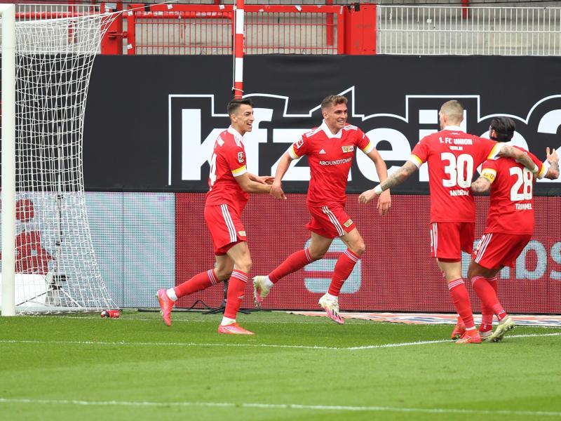 Unions Spieler jubeln nach dem Tor zum 1:0 durch Mittelfeldspieler Grischa Prömel (2.v.l.). Foto: Andreas Gora/dpa