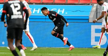 Leverkusens Stürmer Leon Bailey (M) juebelt über sein Tor zum 1:0. Foto: Martin Meissner/AP-Pool/dpa