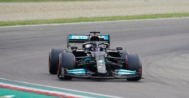 Rekordweltmeister Lewis Hamilton startet beim Formel-1-Rennen in Imola von der Pole Position. Foto: Hasan Bratic/dpa
