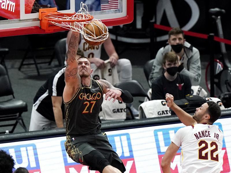 Daniel Theis (l) von den Chicago Bulls dunkt den Ball. Foto: Nam Y. Huh/AP/dpa