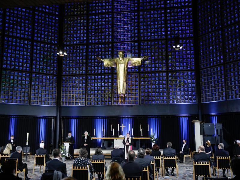 In der Kaiser-Wilhelm-Gedächtniskirche in Berlin wird ein ökumenischer Gottesdienst für die Verstorbenen der Corona-Pandemie gefeiert. Foto: Gordon Welters/KNA-POOL/dpa