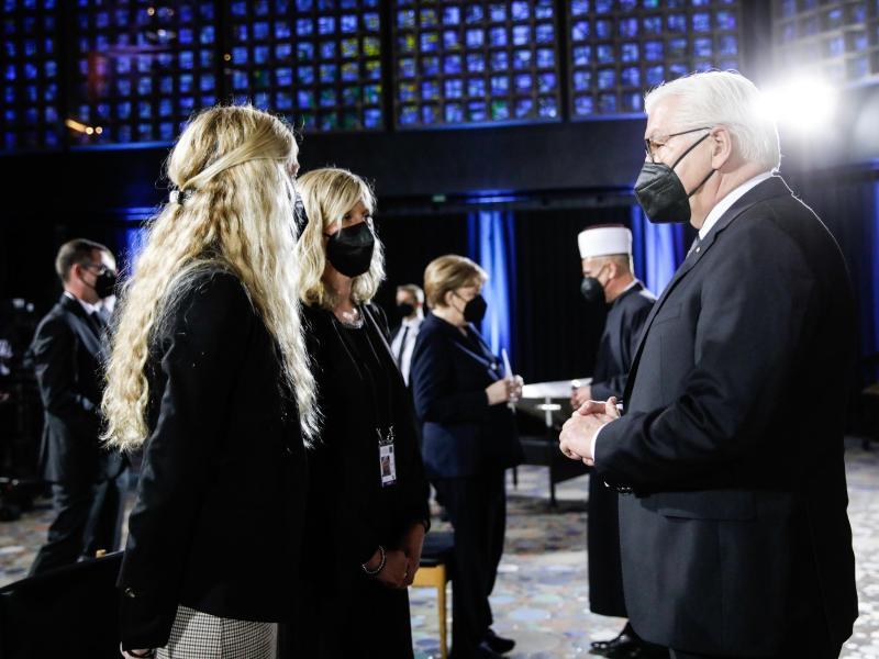 Bundespräsident Frank-Walter Steinmeier (r.) im Gespräch mit Gottesdienstbesuchern. Foto: Gordon Welters/KNA-POOL/dpa