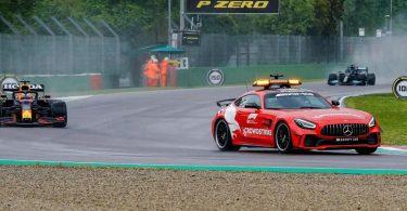 Das Safety Car fährt vor Max Verstappen und Lewis Hamilton auf der Strecke. Foto: Hasan Bratic/dpa