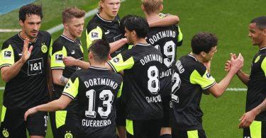 Dortmunds Spieler feiern das Tor zum 3:1 durch Stürmer-Star Erling Haaland. Foto: Friedemann Vogel/EPA-Pool/dpa