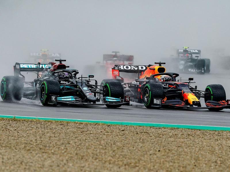 Lewis Hamilton vom Team Mercedes (l) und Max Verstappen vom Team Red Bull Racing nach dem Start. Foto: Hasan Bratic/dpa