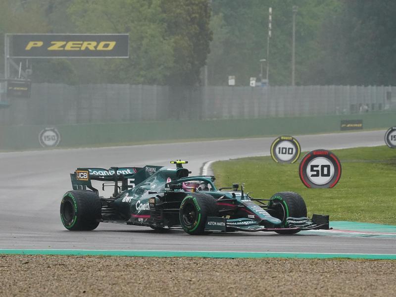 Aston Martin-Pilot Sebastian Vettel und das Team haben noch viel Arbeit vor sich. Foto: Hasan Bratic/dpa