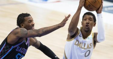Josh Richardson (r) von den Dallas Mavericks und Delon Wright von den Sacramento Kings in Aktion. Foto: Brandon Wade/AP/dpa