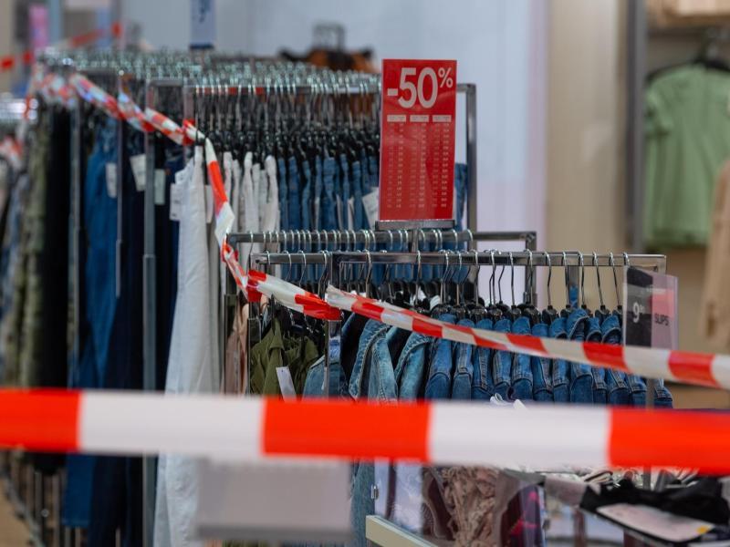 Besonders wenig gaben die Bundesbürger im Coronajahr 2020 für kurzlebige Konsumgüter wie Kleidung oder Schuhe aus. Foto: Robert Michael/dpa-Zentralbild/dpa