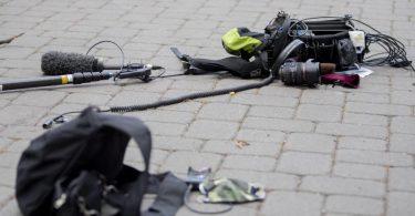 Gewalt gegen Journalistinnen und Journalisten wird hierzulande häufiger: 2020 gab es laut Reporter ohne Grenzen mindestens 65 Angriffe. (Symbolbild). Foto: Christoph Soeder/dpa