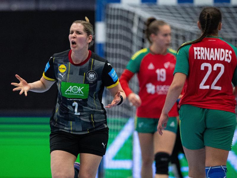 Marlene Zapf (l) sicherte sich mit Deutschlands Handballerinnnen dasWM-Ticket. Foto: Guido Kirchner/dpa