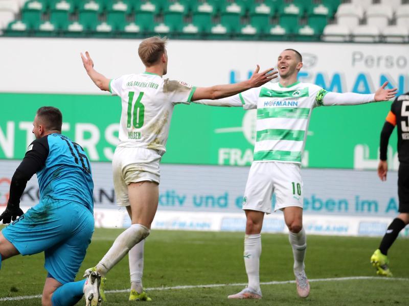 Havard Nielsen (M) und Branimir Hrgota (r) trafen beim Fürther Heimsieg gegen Braunschweig. Foto: Daniel Karmann/dpa
