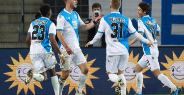 Fabian Klos (2.v.l) brachte Bielefeld gegen Schalke auf die Siegerstraße. Foto: Friso Gentsch/dpa Pool/dpa