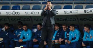 Schalkes Trainer Dimitrios Grammozis konnte bislang nur zwei Spiele mit Schalke 04 gewinnen. Foto: Friso Gentsch/dpa Pool/dpa