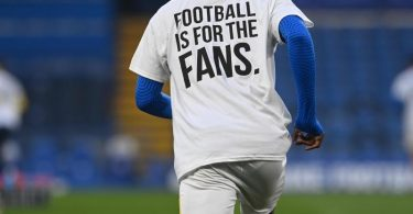 Mit dem Trikot mit der Aufschrift «Football is for the Fans» protestieren Spieler von Brighton and Hove Albion gegen die Super League. Foto: Neil Hall/PA Wire/dpa