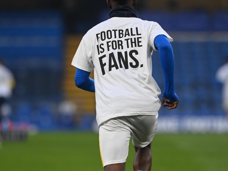 Mit dem Trikot mit der Aufschrift «Football is for the Fans» protestieren Spieler von Brighton and Hove Albion gegen die Super League. Foto: Neil Hall/PA Wire/dpa