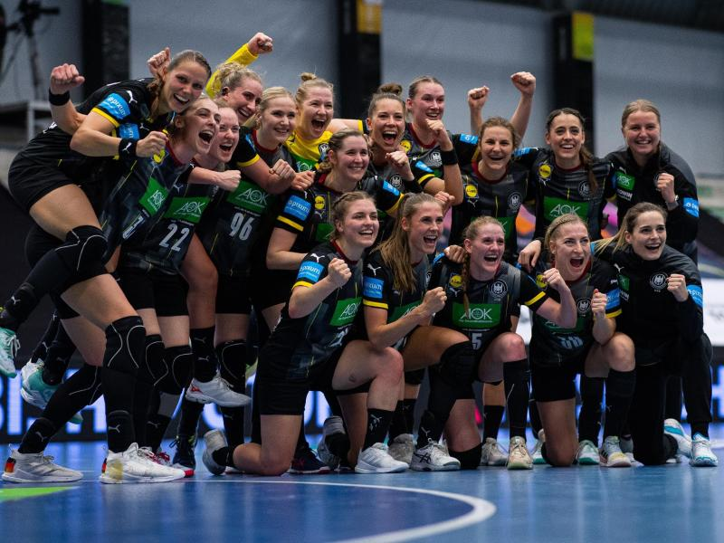 Die deutschen Nationalspielerinnen feiern die geglückte Qualifikation zur WM. Foto: Guido Kirchner/dpa