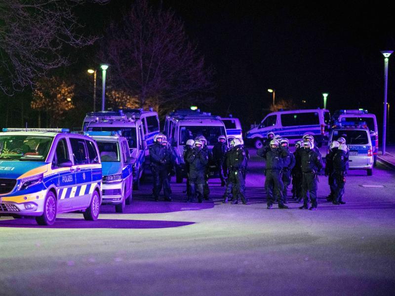 Polizeibeamte im Einsatz vor der Veltins-Arena, nachdem Spieler nach der Rückkehr mit «massiven Aggressionen» konfrontiert wurden. Foto: Fabian Strauch/dpa