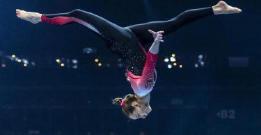 Sarah Voss turnt bei der EM in einem Ganzkörperanzug am Schwebebalken. Foto: Georgios Kefalas/KEYSTONE/dpa