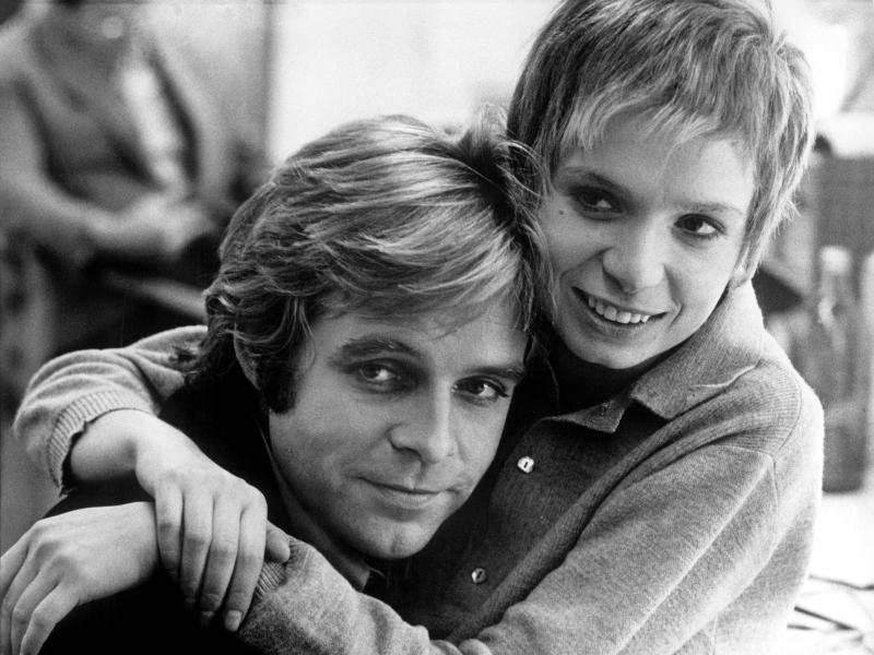 Thomas Fritsch und Ingrid Steeger 1975 in Berlin bei den Dreharbeiten zu dem Fernsehspiel «Manchmal Märchen». Foto: picture alliance / dpa