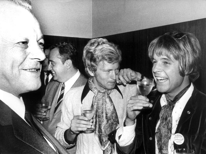 Willy Brandt begrüßt in Marl auf seiner Wahlkampfreise (1969) den Schauspieler Thomas Fritsch. Foto: Bertram/dpa