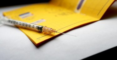 Was im eigenen Impfausweis steht, sollte man nicht öffentlich teilen. Foto: Karl-Josef Hildenbrand/dpa/dpa-tmn